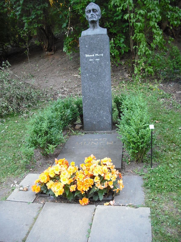 Edvard Munch's grave with flowers