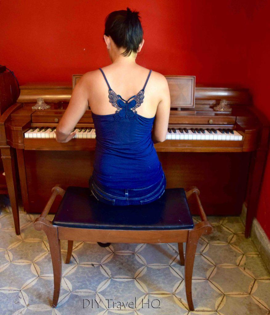 Hostal Cumbres del Volcan Flor Blanca Playing Piano