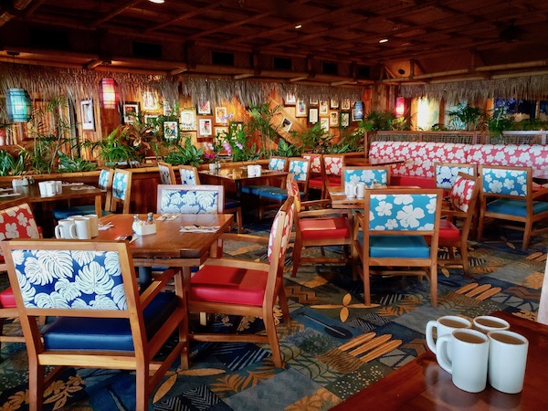 Hawaiian restaurant decor at Dukes Waikiki