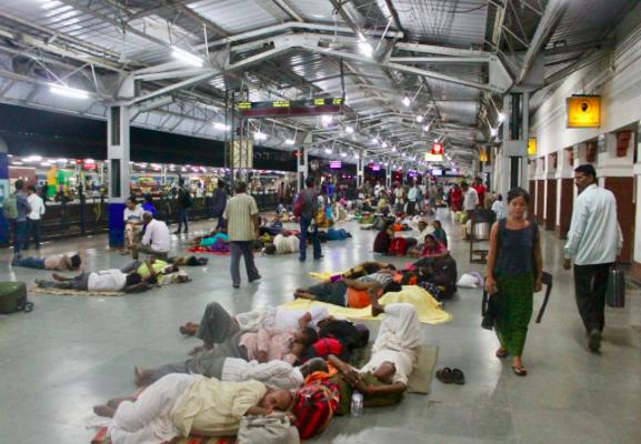 Crowded train platform in India